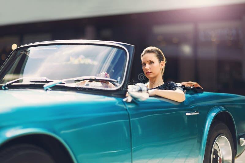 Sammanträde för modekvinnamodell i lyxig bil royaltyfri fotografi