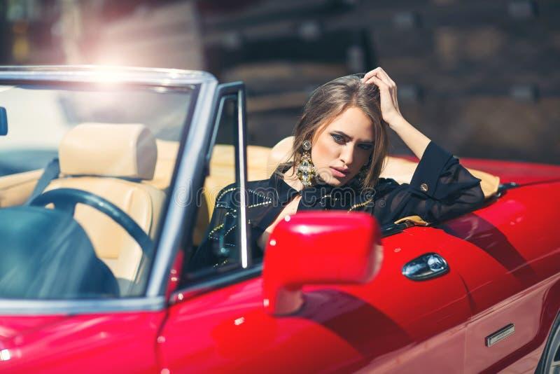 Sammanträde för modekvinnamodell i lyxig bil fotografering för bildbyråer