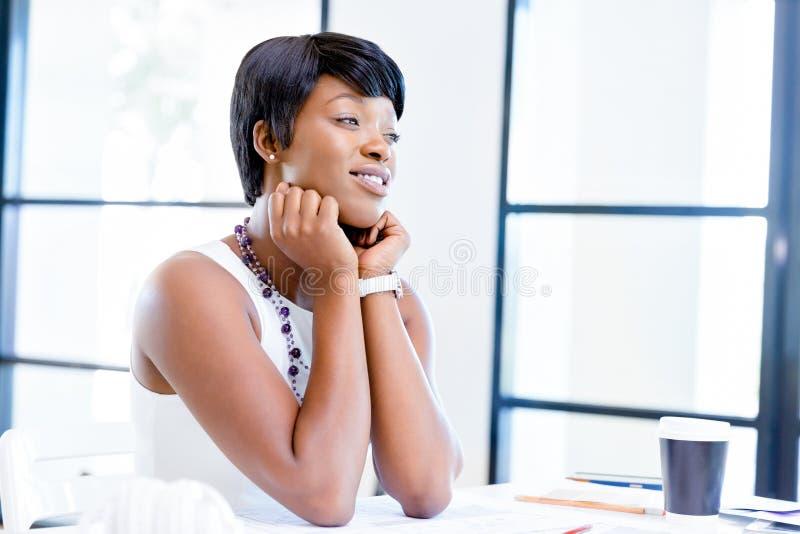 Download Sammanträde För Ung Kvinna På Ett Skrivbord I Ett Kontor Och Ett Arbete På Ritning Fotografering för Bildbyråer - Bild av lyckligt, person: 78732319