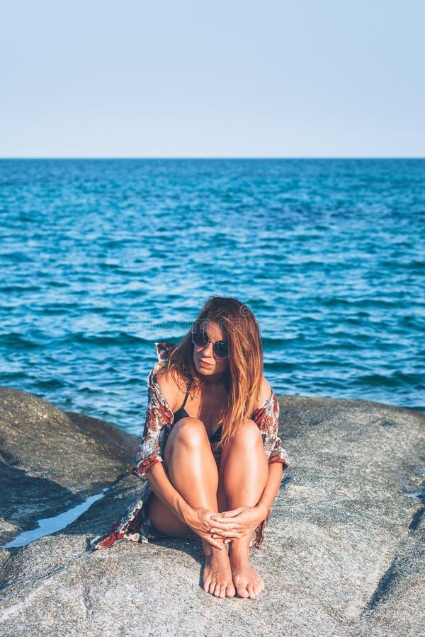 Sammanträde för ung kvinna på vagga som tycker om att solbada arkivbilder