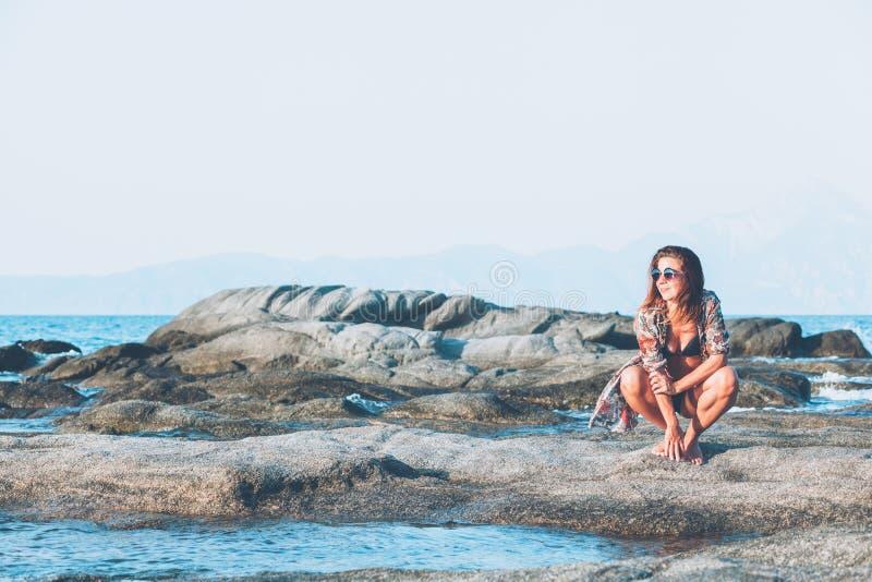 Sammanträde för ung kvinna på vagga som tycker om att solbada arkivbild