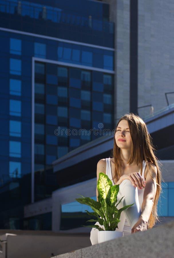 Sammanträde för ung kvinna utomhus arkivfoto