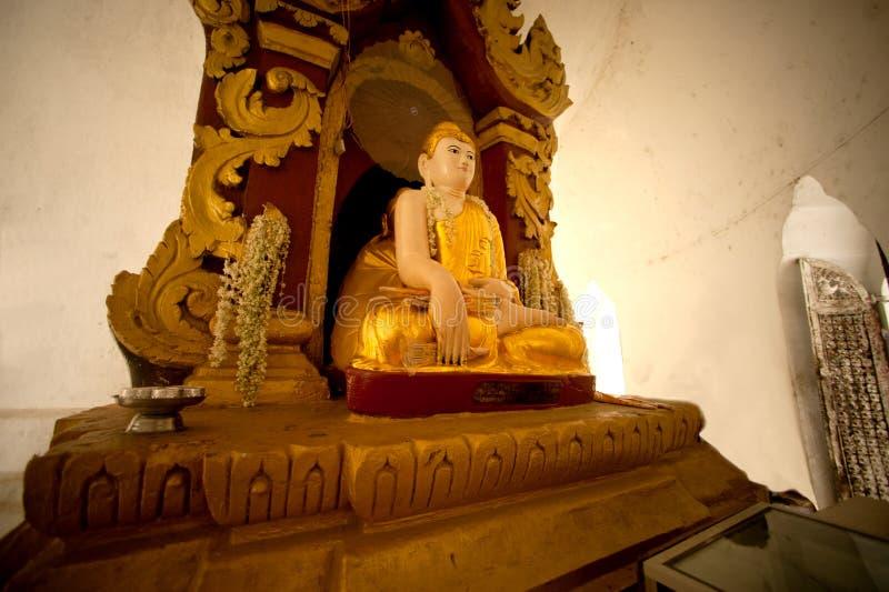 SammanträdeBuddha in i den Hsinbyume pagoden i Myanmar arkivbilder