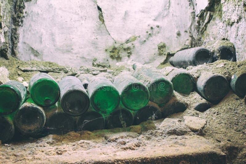 Sammelbarer exklusiver Wein in einem Spinnennetz im Keller stockfoto