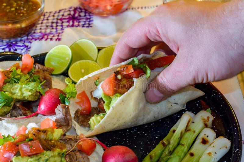 Sammeln oben carne asada Tacos zu essen lizenzfreies stockfoto