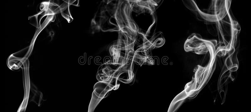 Sammlung abstrakter weißer Rauch wirbelt auf schwarzen Hintergrund stockfotografie