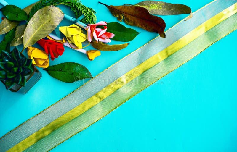 Sammlung alte Blätter Büttenpapierhandwerk Goldene Spitze auf hellem Papier Gut für Plakat, Grüße, Karten, Themen stockfotografie