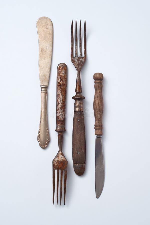 Sammlung altes Metall mit Holzgriffgabeln und -messern auf einem grauen Hintergrund mit Kopienraum vektorabbildung getrennt auf w stockfotografie
