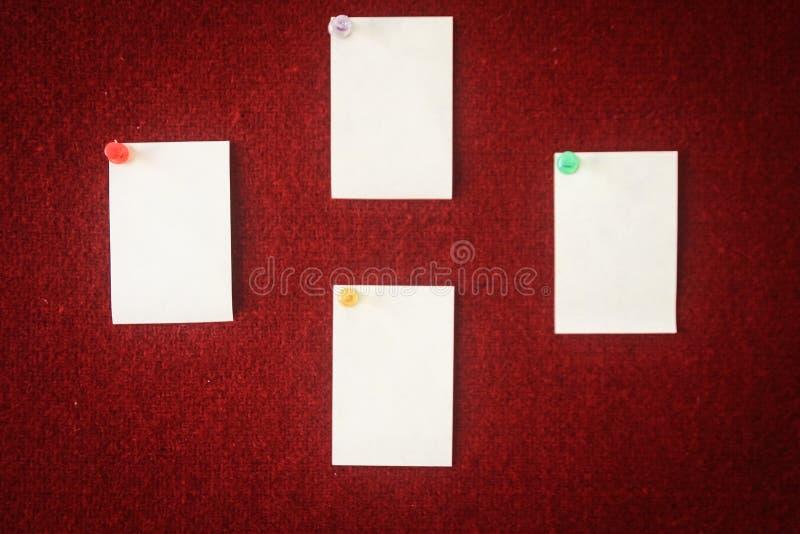 Sammlung Briefpapiere festgesteckt auf ein rotes Brett bereit zum Ausfüllen Zitate stockfoto