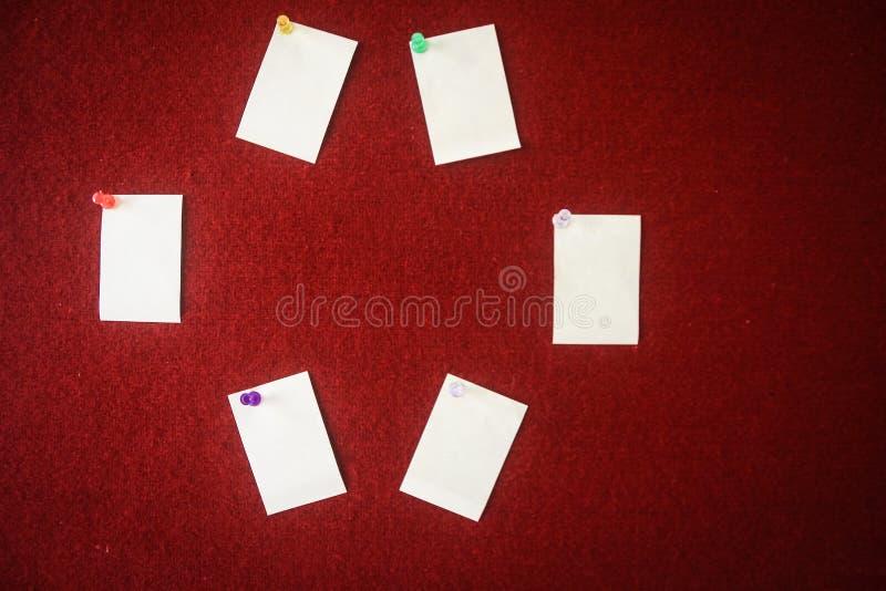 Sammlung Briefpapiere festgesteckt auf ein rotes Brett bereit zum Ausfüllen Zitate lizenzfreie stockbilder