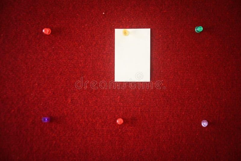 Sammlung Briefpapiere festgesteckt auf ein rotes Brett bereit zum Ausfüllen Zitate lizenzfreies stockbild