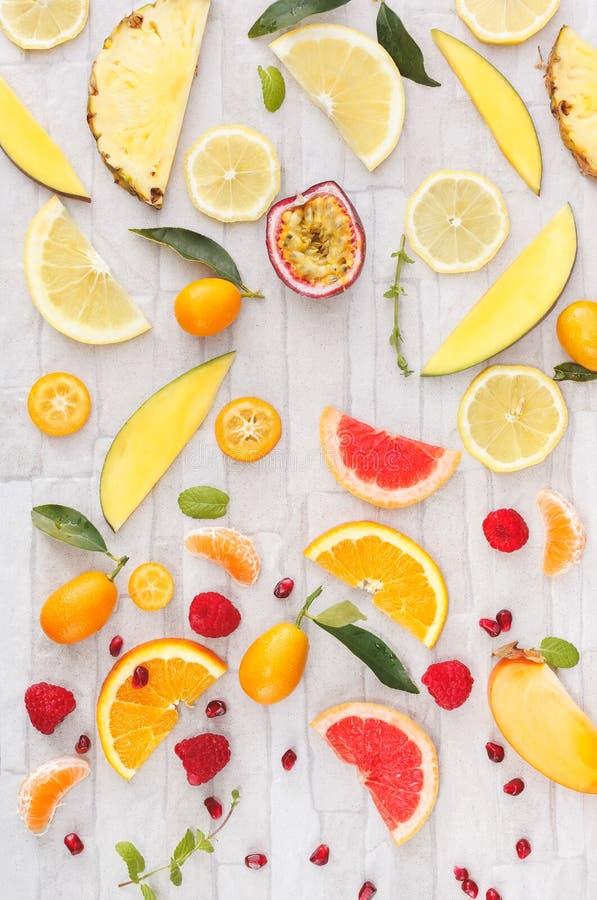 Sammlung frische gelbe, orange und rote Früchte lizenzfreie stockfotografie