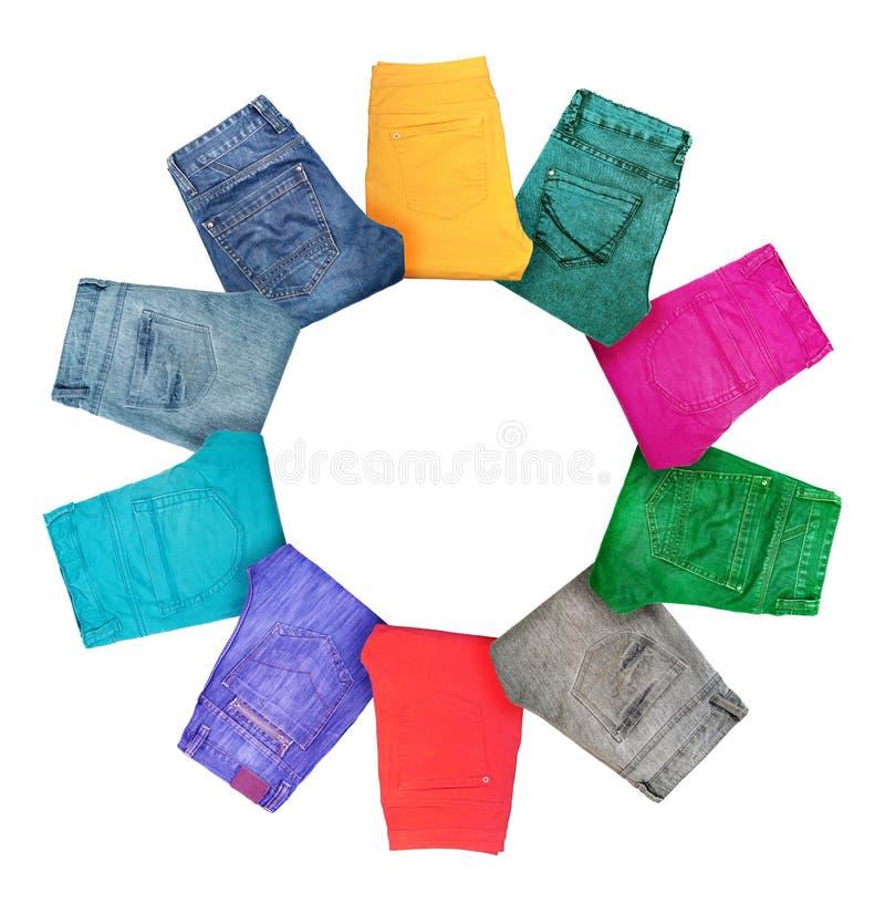 Sammlung gefaltete mehrfarbige Jeans auf Weiß stockfoto