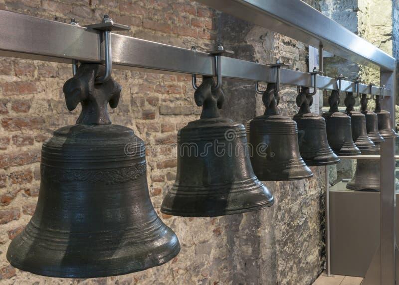 Sammlung Glocken hängt in Gent Belfry, Belgien. lizenzfreie stockbilder