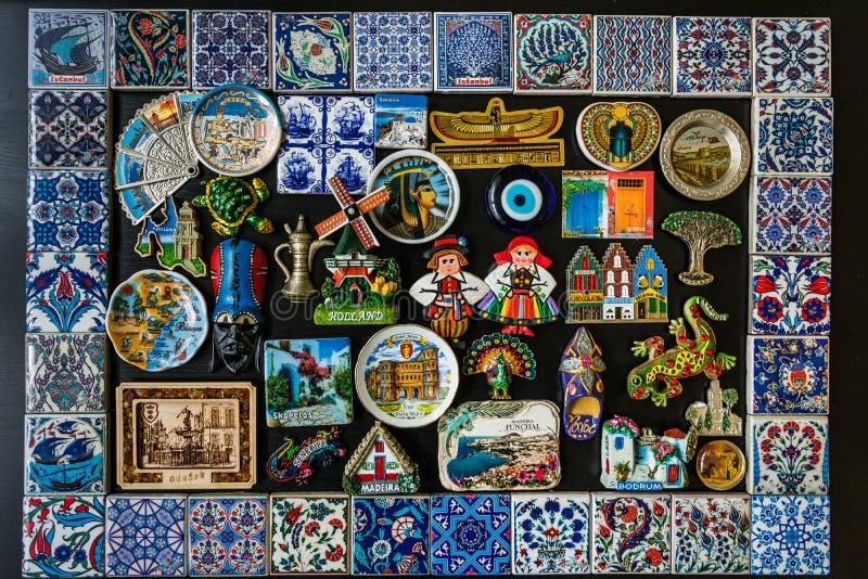 Sammlung Kühlschrankmagneten von vielen Standorten in den verschiedenen Ländern lizenzfreie stockfotos