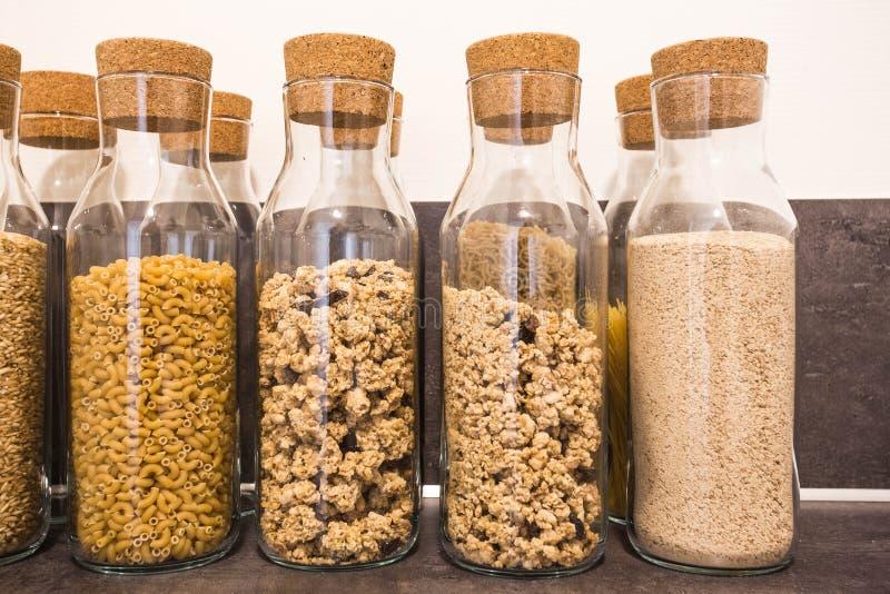 Sammlung Kornprodukte, Linsen, Sojabohnen und rote Bohnen in der Lagerung rüttelt vorbei auf ländlicher Tabelle der Küche stockbilder