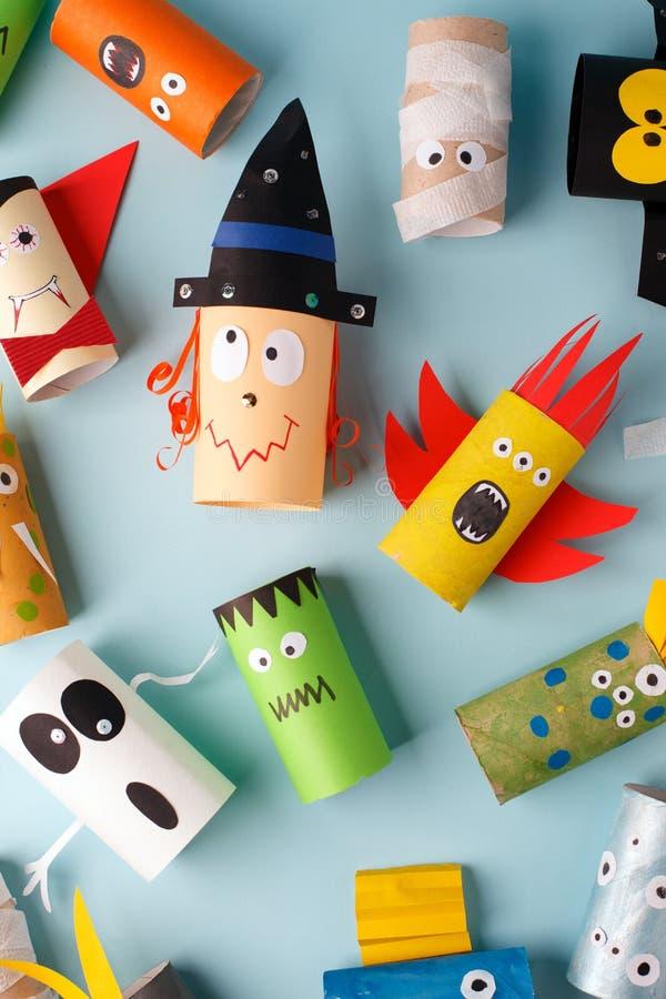 Sammlung Monster vom Toilettenrohr für Halloween-Dekor Ein schreckliches Handwerk Schule und Kindergarten Handcraft kreative Idee lizenzfreie stockfotografie