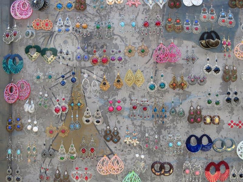 Sammlung multi farbige Ohrringe stockfotografie