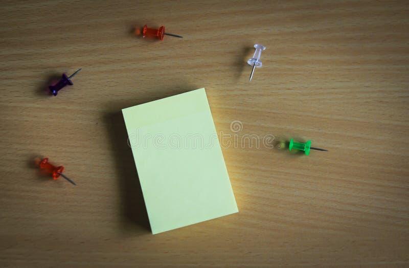 Sammlung Stifte und Briefpapier auf hölzernem Brett Draufsicht bereit, Ihren Text zu füllen und Zitate zu entwerfen stockfotografie