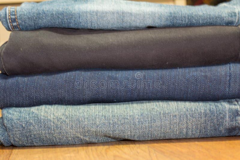 Sammlung verschiedene Jeans, auf hölzernem Hintergrund lizenzfreie stockfotos