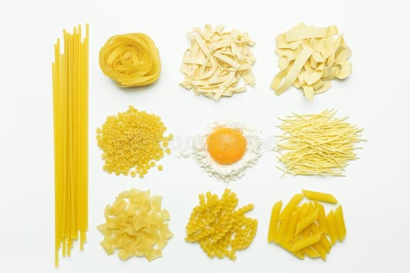 Sammlung von italienischen Teigwaren, von Mehl und von Hühnerei lokalisierter Draufsicht lizenzfreies stockfoto