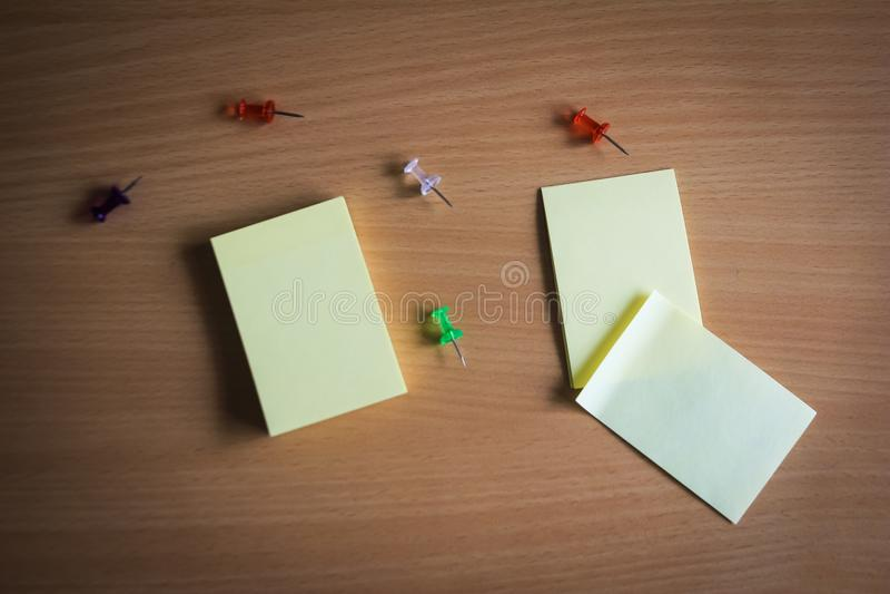 Sammlung von Stiften und von Briefpapierbündel und lose Papiere auf hölzernem Brett Draufsicht bereit, Ihren Text zu füllen und Z stockbild