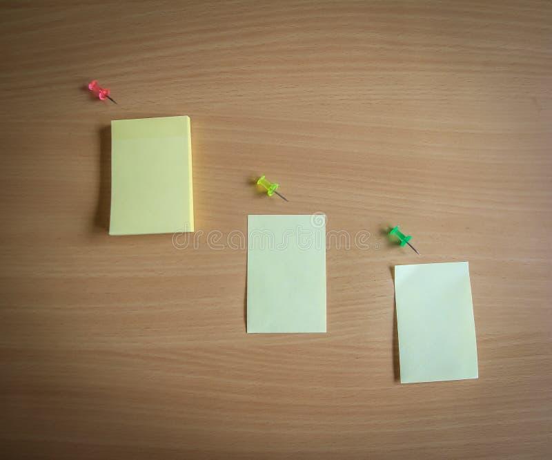 Sammlung von Stiften und von Briefpapierbündel und lose Papiere auf hölzernem Brett Draufsicht bereit, Ihren Text zu füllen und Z stockfotografie