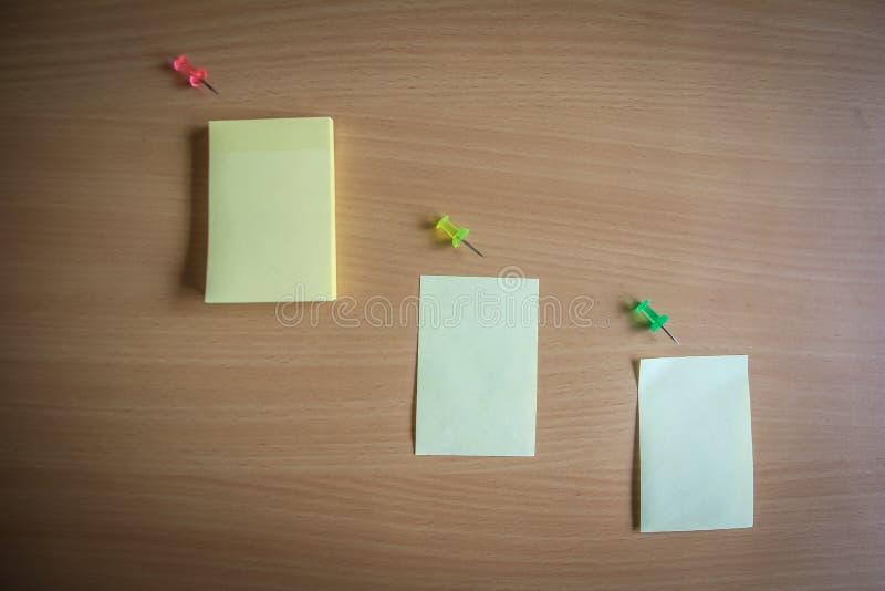 Sammlung von Stiften und von Briefpapierbündel und lose Papiere auf hölzernem Brett Draufsicht bereit, Ihren Text zu füllen und Z stockbilder