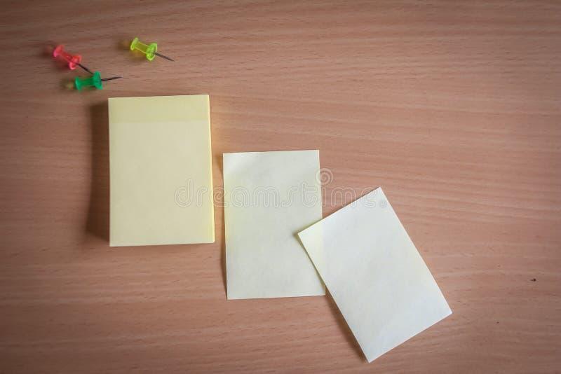 Sammlung von Stiften und von Briefpapierbündel und lose Papiere auf hölzernem Brett Draufsicht bereit, Ihren Text zu füllen und Z stockfotos