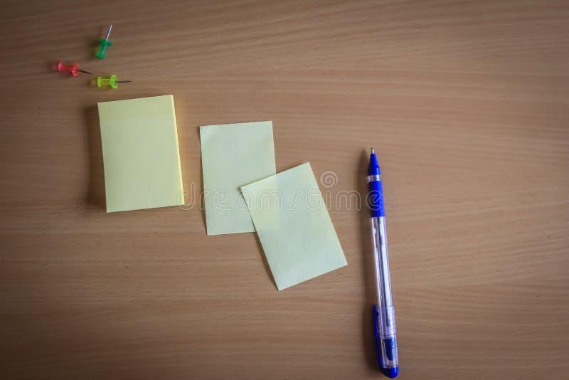 Sammlung von Stiften und von Briefpapierbündel und lose Papiere auf hölzernem Brett Kugelschreiber Draufsicht bereit, Ihren Text  stockfoto