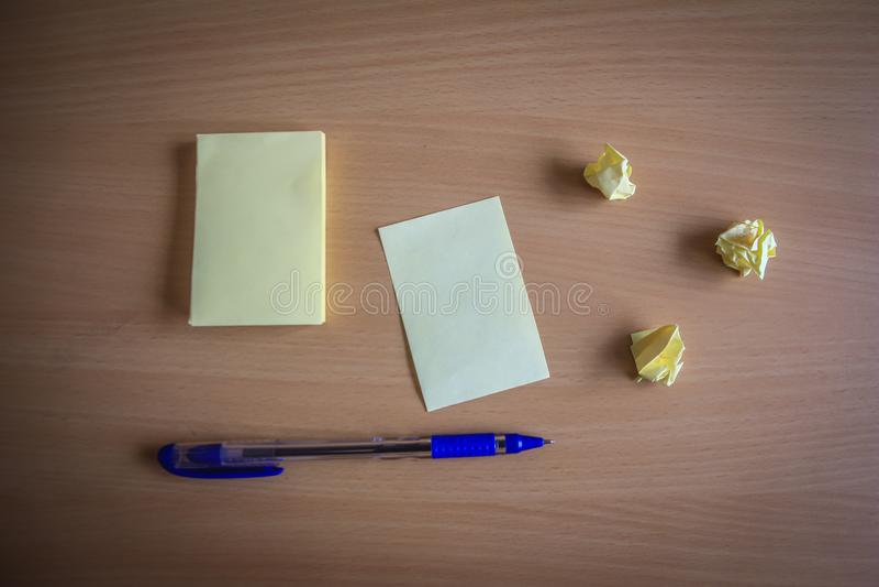 Sammlung von Stiften und von Briefpapierbündel und lose Papiere auf hölzernem Brett Kugelschreiber Draufsicht bereit, Ihren Text  stockfotografie