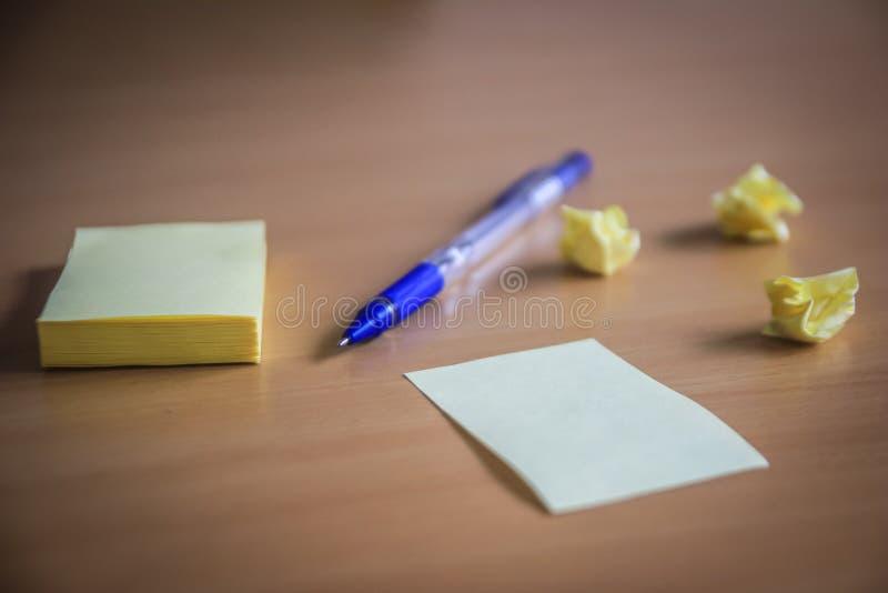 Sammlung von Stiften und von Briefpapierbündel und lose Papiere auf hölzernem Brett Kugelschreiber Seitenansicht bereit, Ihren Te stockfotografie