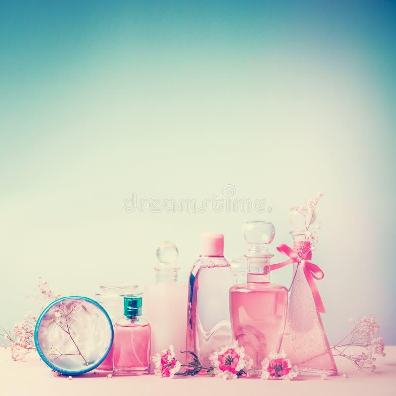 Sammlung von verschiedenen Schönheitsflaschen und -behälter mit kosmetischen Produkten: Stärkungsmittel, Lotion, Parfüm, Feuchtig stockfotografie