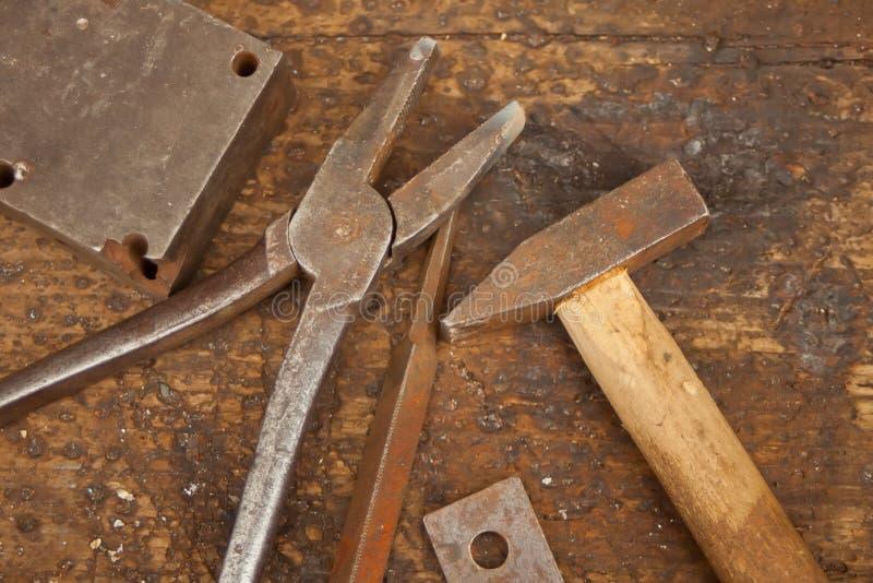 Sammlung Weinlesezimmereiwerkzeuge auf einem alten Werktisch: Holzbearbeitung, Kunstfertigkeit und Handarbeitkonzept lizenzfreies stockbild