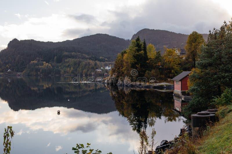 Samnanger Kommune, Hordaland, Νορβηγία, 10/10/2017, μαγικό της αντανάκλασης στοκ εικόνα με δικαίωμα ελεύθερης χρήσης