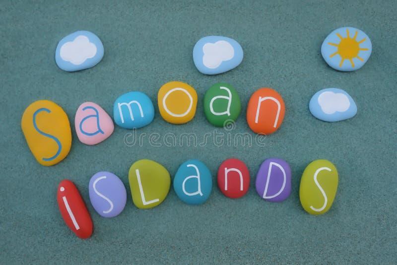 Samoańskie wyspy, pamiątka z składem barwioni kamienie nad zielonym piaskiem fotografia stock