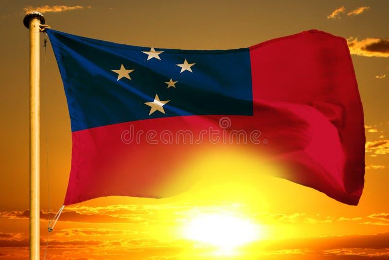 Samoa flagga som väver på den härliga orange solnedgången med molnbakgrund arkivbild