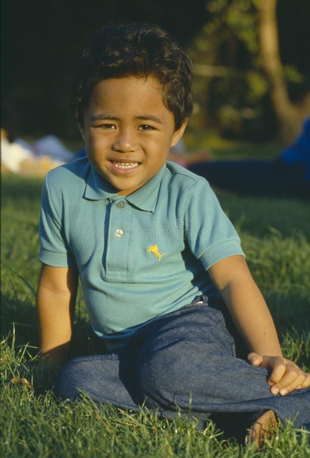 Samoansk pojke i park arkivbilder