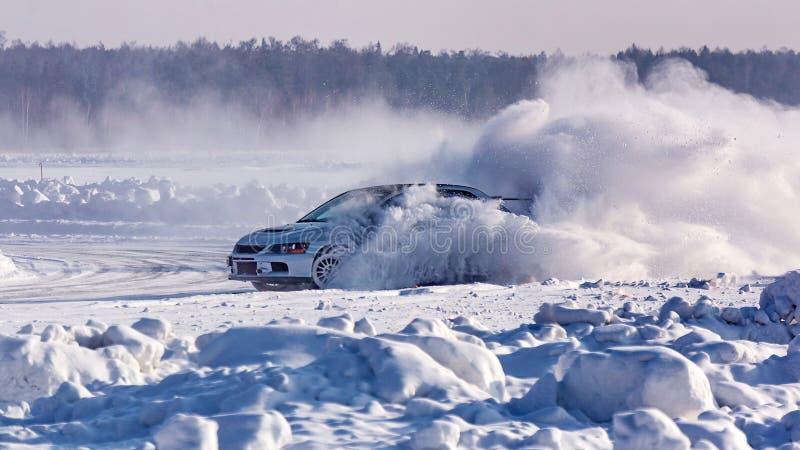 Samochód pośliznął się na śnieżystej zimy drodze Przeciwawaryjny międlenie Ścigać się na lodzie jezioro obrazy royalty free