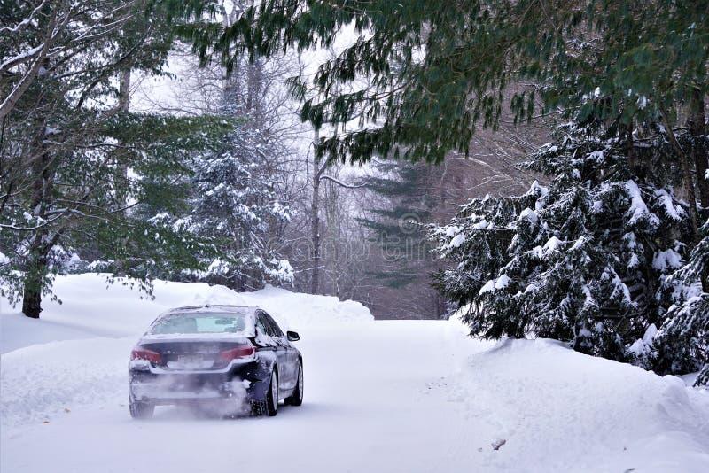 Samochód przejażdżki na śnieżnej drodze