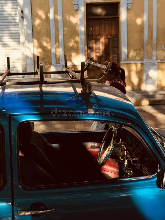 Samochód samochód siedzi na ulicach Meksyk, MEKSYK - fotografia stock