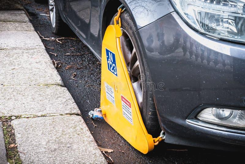 Samochód blokujący koło kahatem w Dublin, Irlandia fotografia stock