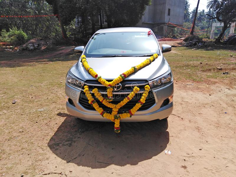 Samochód dekorował z kwiatem dla błogosławić w India obrazy stock