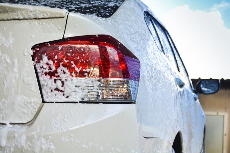 Samochód dostaje obmycie z mydłem fotografia stock