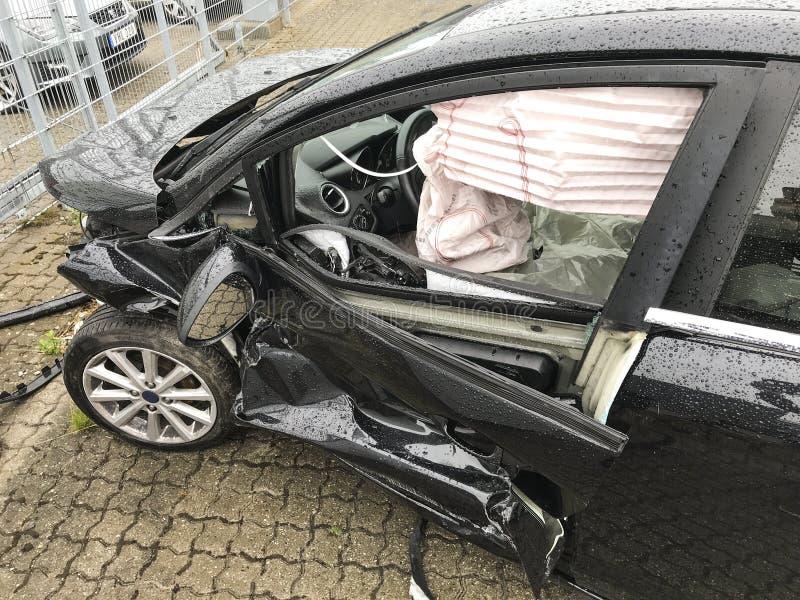 Samochód dostaje uszkadzającym wypadkiem na drodze - zapas obrazy royalty free