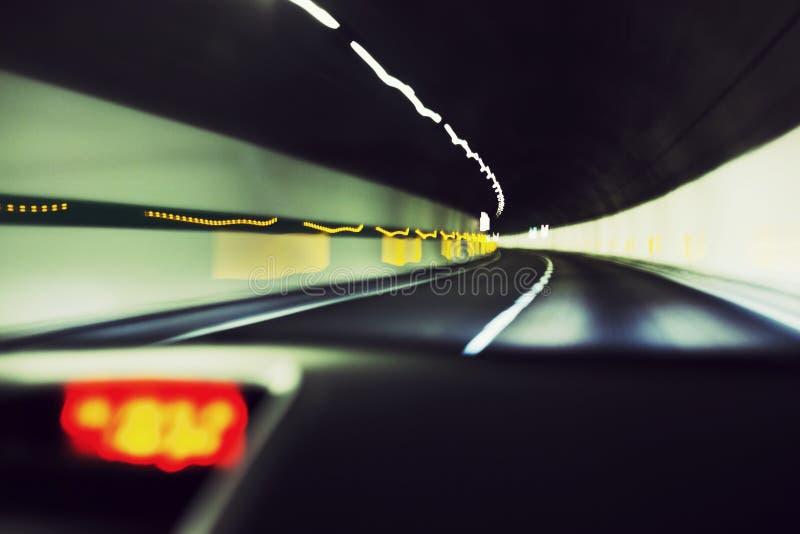 Samochód dpeeding w tunelowej autostradzie fotografia royalty free