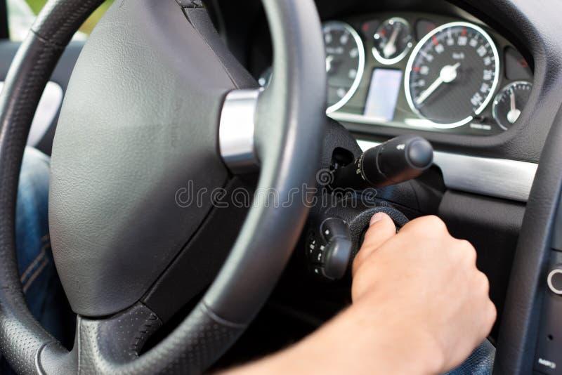 samochód jego zapłonowy kluczowego mężczyzna kręcenie zdjęcia stock