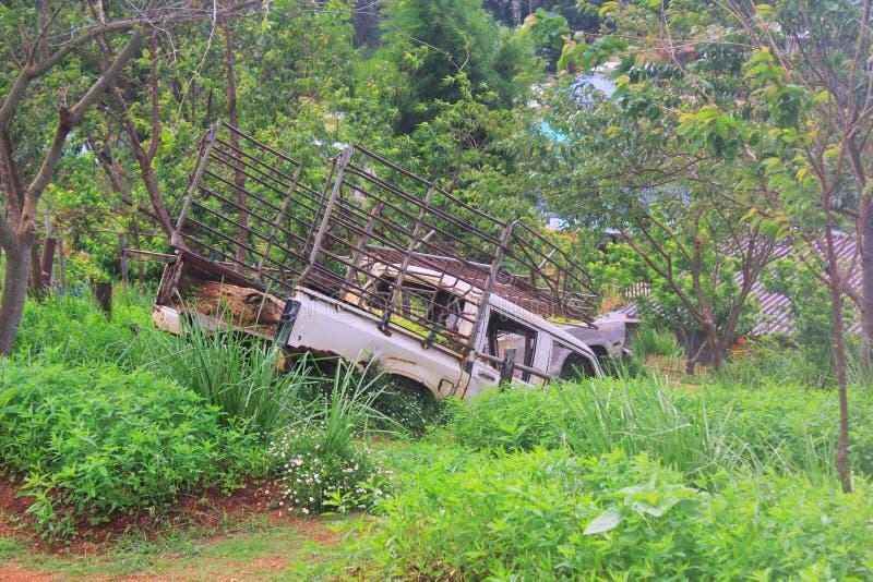 Samochód jest ośniedziały i łamany w zielonym polu na trawie z pięknym ranku światłem - wizerunek obrazy stock