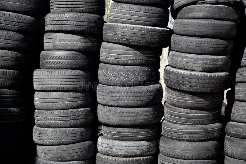 Samochód męczy pneus brogującego w rzędach obrazy royalty free