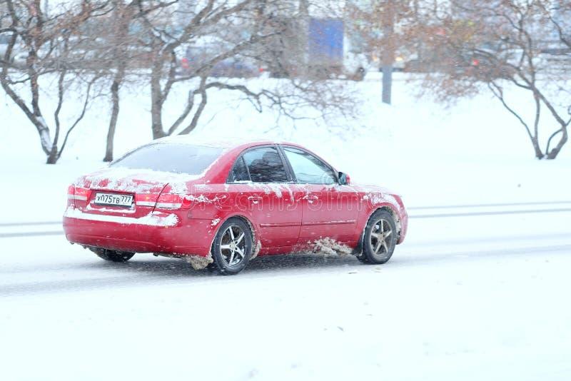Samochód na śnieżystej drodze po wysokiego śnieżycy w Moskwa obrazy stock
